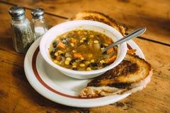 Smaklig grönsaksoppa med rostade bröd på tabellen Fotografering för Bildbyråer