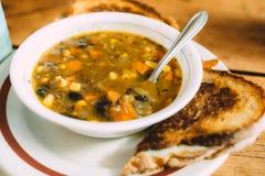 Smaklig grönsaksoppa med rostade bröd på tabellen Arkivbild