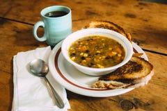 Smaklig grönsaksoppa med rostade bröd på tabellen arkivfoto