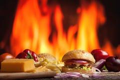 Smaklig grillad nötkötthamburgare arkivfoto