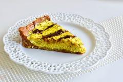 Smaklig gul citron som är syrlig med den mörka chokladen arkivfoto