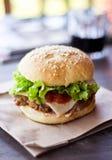 smaklig hamburgare Fotografering för Bildbyråer