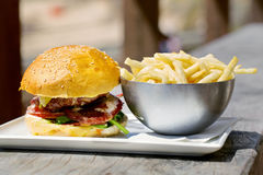 Smaklig hamburgare med smältt ost och tjockt Arkivbild