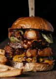 Smaklig hamburgare på mörk bakgrund Royaltyfria Foton