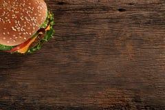 Smaklig hamburgare på wood bakgrund Arkivfoton