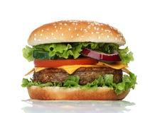 Smaklig hamburgare som isoleras på vit Royaltyfri Bild