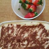Smaklig handgjord tiramisu med jordgubben arkivbilder
