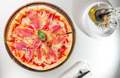 Smaklig hel italiensk pizza som överträffas med tunt skivad prosciuttoskinka Selektivt fokusera Arkivbilder