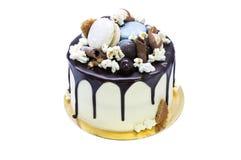 Smaklig hemlagad kaka med choklad över vit bakgrund Fotografering för Bildbyråer