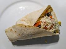 Smaklig hemlagad kebab med grönsaker och fegt kött Fotografering för Bildbyråer