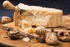 Smaklig italiensk mat på träskärbräda arkivbilder