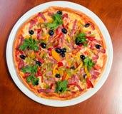 smaklig italiensk pizza Arkivfoton