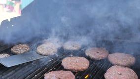 Smaklig kötthamburgare på gallret Laga mat hamburgare flamma det grillade kalvköttet för fårköttet för nötkött för hosperköttgris lager videofilmer