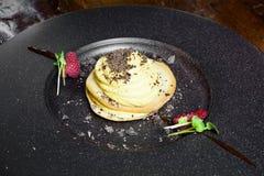 Smaklig kaka i en gourmet- olate royaltyfri fotografi