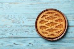 Smaklig kaka med driftstopp på а blå träbakgrund royaltyfri fotografi
