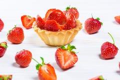 Smaklig kakakorg med jordgubbar och kräm Royaltyfri Fotografi