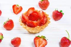 Smaklig kakakorg med jordgubbar och kräm Arkivfoto