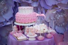 Smaklig konfekt på tabellen macaroons marshmallows muffiner Kaka Royaltyfri Bild