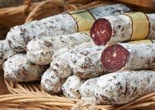 Smaklig korv på den Provence marknaden Arkivfoto
