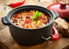Smaklig kryddig chili con carneeldfast form Royaltyfri Fotografi
