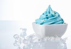 Smaklig kulör fryst yoghurt på den vita bunken Royaltyfria Foton