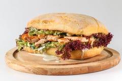Smaklig laxbiffsmörgås i en ciabatta Arkivbilder