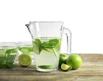 Smaklig lemonad med gurkan i tillbringare arkivbild