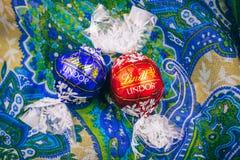 Smaklig Lindt Lindor choklad över siden- bakgrund royaltyfri fotografi