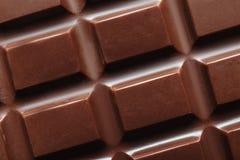 Smaklig mörk chokladstång som bakgrund royaltyfri bild