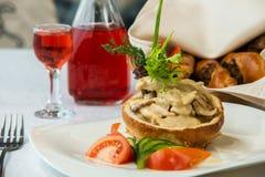 Smaklig maträtt med champinjoner i en restaurang Arkivbilder