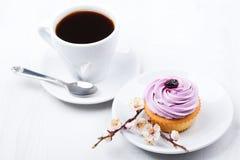 Smaklig muffin med den isolerade koppen av coffe Royaltyfri Bild