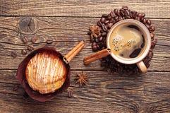 Smaklig muffin- och kaffekopp Royaltyfri Bild