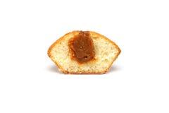 Smaklig muffin på vit bakgrund Arkivfoto