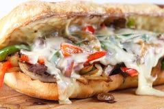 Smaklig nötköttbiffsmörgås med lökar, champinjonen och smältt provoloneost Arkivbilder