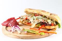 Smaklig nötköttbiffsmörgås med lökar, champinjonen och smältt provoloneost Arkivfoton