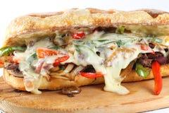Smaklig nötköttbiffsmörgås med lökar, champinjonen och smältt provoloneost Royaltyfri Fotografi