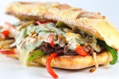 Smaklig nötköttbiffsmörgås med lökar, champinjonen och smältt provoloneost Royaltyfri Foto