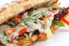 Smaklig nötköttbiffsmörgås med lökar, champinjonen och smältt provoloneost Royaltyfria Foton