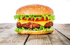 Smaklig och aptitretande hamburgareostburgare arkivfoton