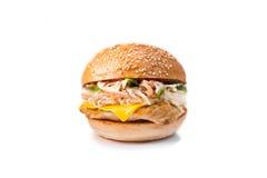 Smaklig och aptitretande hamburgareostburgare på på en vit bakgrund Fotografering för Bildbyråer