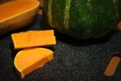 Smaklig och färgrik guling- och gräsplanvattenmelon på kökskrivbordet Royaltyfria Bilder