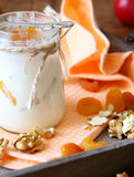 Smaklig och ny yoghurt i en krus fotografering för bildbyråer