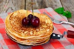 Smaklig pannkakabunt med honung och körsbäret Arkivbilder