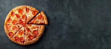 Smaklig peperonipizza och basilika för matlagningingredienstomater på svart hårdnar bakgrund Bästa sikt av varm peperonipizza med fotografering för bildbyråer