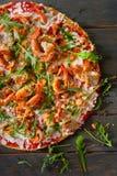 Smaklig pizza med räka och arugula på en trätabell Arkivfoton