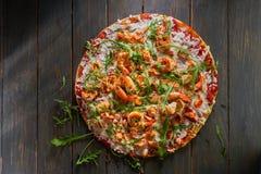 Smaklig pizza med räka och arugula på en trätabell Top beskådar Royaltyfri Foto