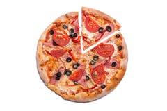 Smaklig pizza med skinka och tomater med en borttagen skiva Fotografering för Bildbyråer