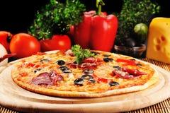 smaklig pizzaplatta arkivbild