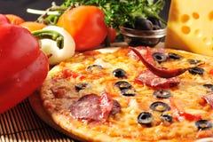smaklig pizzaplatta arkivfoton