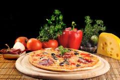 smaklig pizzaplatta royaltyfri bild